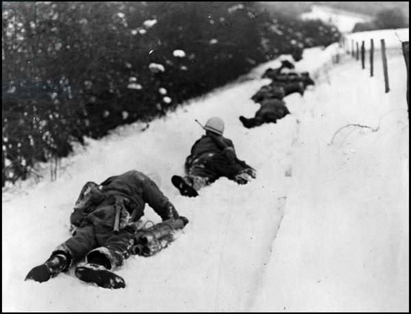 Second World War - Battle of the Bulge (WWII - Battle of the Bulge): A combat patrol of the 2nd US Army Army crawls into the snow to protect itself from enemy machine gun fire - Photograph taken in Ondenval (Belgium), January 16, 1945