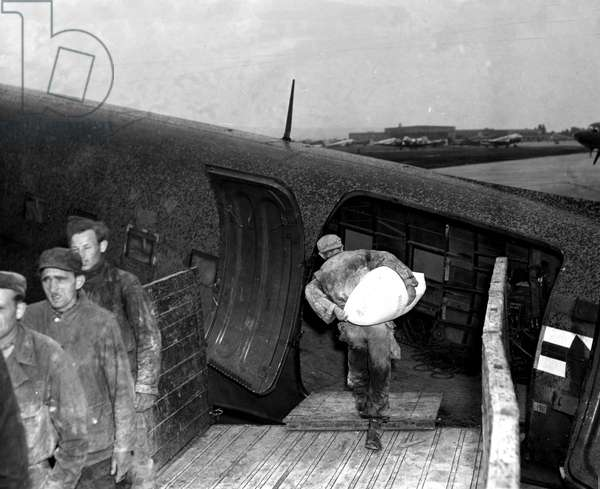 Blockade of Berlin by russian - Berlin Blockade (1948-1949): Wiesbaden Airport Germany 12 July 1948. During the blockade of the former German capital by the Sovietic authorities and Operation Vittles (Victuailles), members of a Polish workers' company loaded French food on board a USAF C47 which was to be shipped to Berlin. The three western areas were supplied by an unceasing air bridge. This blockade will last from 24 June 1948 to 12 May 1949