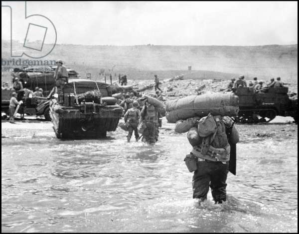 Debarking in Normandy on June 6, 1944 (D Day or D Day): American troops unbarking a LCVP on Omaha Beach. Photograph of June 6, 1944.