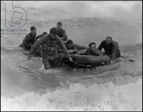 Debarking in Normandy on June 6, 1944 (D Day or D Day): Allied soldiers surviving from an enemy transport reach Omaha Beach in a lifeboat. Photograph of June 6, 1944.