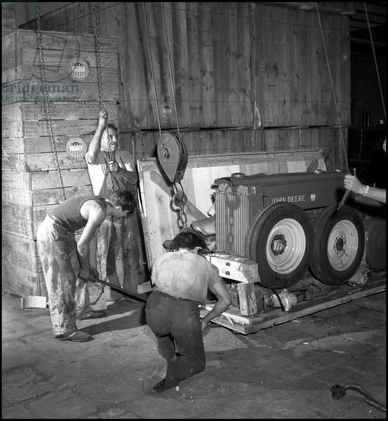 Plan Marshall or European Recovery Program (ERP) (1948-1952): assembly of John Deere tractors, which have just been delivered through the Marshall Plan to Tunisia in order to increase agricultural productivity. Settablissements Parrenin, Tunis (Tunisia), photography around 1950.