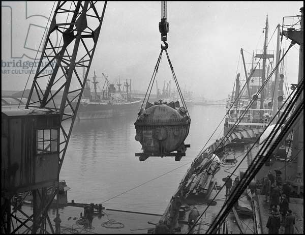 Marshall Plan or European Recovery Program (ERP) (1948-1952): an element intended for Standard Oil's Port Jerome Refinery is discharged with a cargo ship in the port of Le Havre. Provided by the Economic Cooperation Administration (ECA) and heavy of 25 tons, it required a special crane. Le Havre (Seine Maritime), photographed around 1948.
