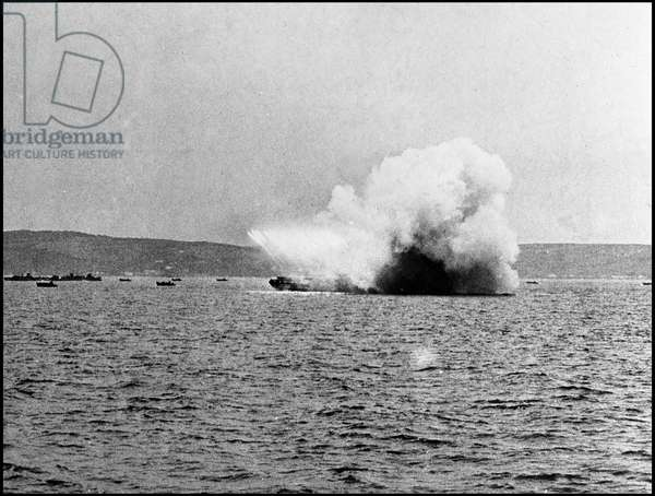 Preparation of the break-up in Normandy on June 6, 1944 (D Day or D Day): during the preparatory manoeuvres, a LCR (Landing Craft Rocket) fires a burst of fusees (Operation Overlord). Photography Great Britain, spring 1944.