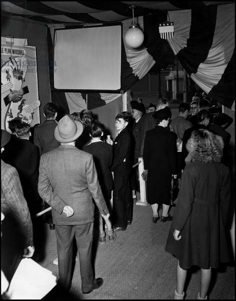 Marshall Plan (ERP) (1948-1952): visitors to the United States stand concerning the Marshall Plan at the Metz (Moselle) fair on 6 December 1949. Photography.