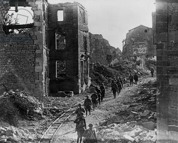 WWI: Varennes en Argonne (France) 26 September 1918: American soldiers crossing the ruins of the small town on the first day of the offensive