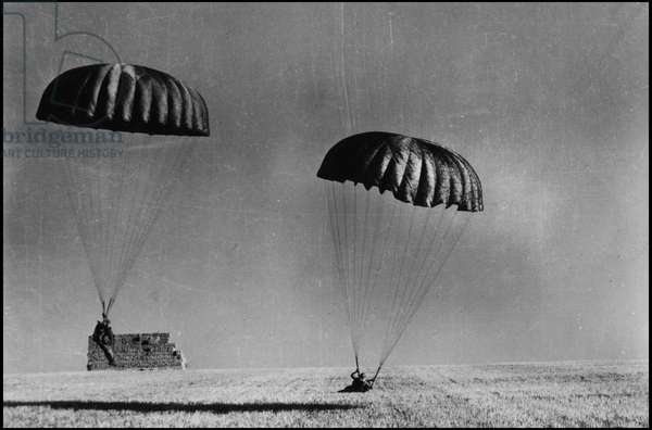 Preparation of the debarkship in Normandy on June 6, 1944 (D Day or D Day): during the preparatory manoeuvres, two parachutists from an American aeroport division in action (Operation Overlord). Photography Great Britain, spring 1944.