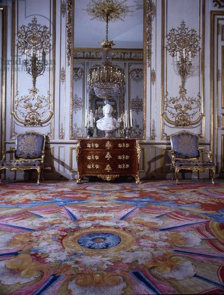 The Pompadour salon in the palace of the Elysée. Against the wall stands a Louis XV commode, supporting the white marble bust of Madame de Pompadour (Marquise de Pompadour) attributed to Jean-Baptiste Pigalle (1759).