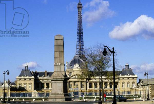 Facade of the Military School and Eiffel Tower in the back, Paris.