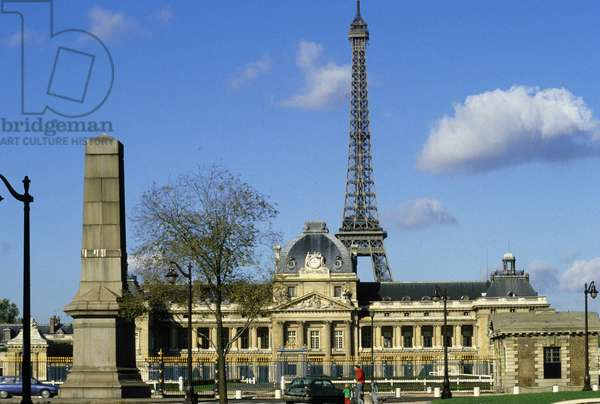 Facade of the military school and Eiffel Tower, Paris.