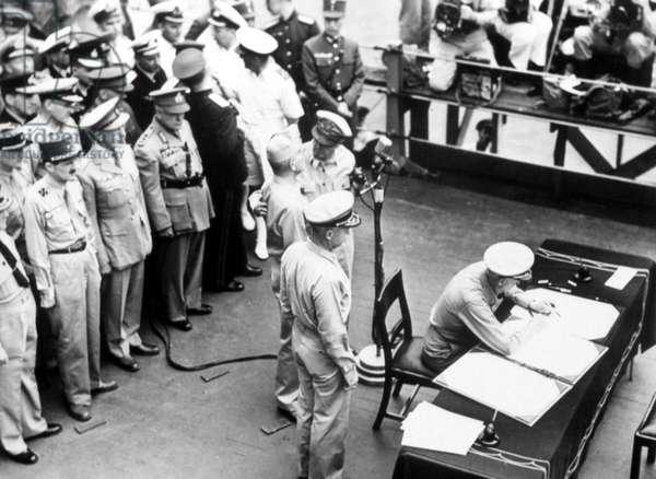 World War II, Douglas MacArthur, Admiral Chester Nimitz signs Japan Surrender Papers, 09/04/1945.