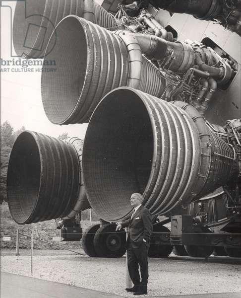 Wernher von Braun (1912-1977), standing by five F-1 engines, c.1960s. ©Nasa/Courtesy Everett Collection