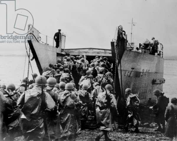 World War II, U.S. soldiers boarding a ship, c.1940-1946