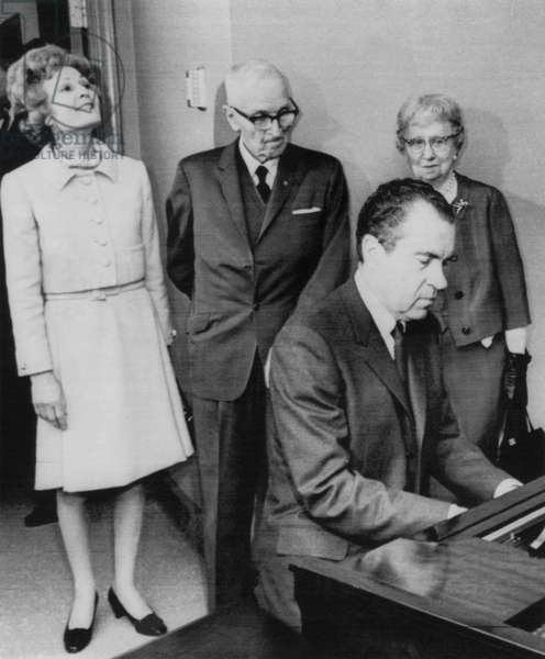 US Presidents. US President Richard Nixon plays piano for former US President Harry Truman. From left: First Lady Patricia Nixon, Harry Truman, Richard Nixon, former First Lady Bess Truman, c.1970s