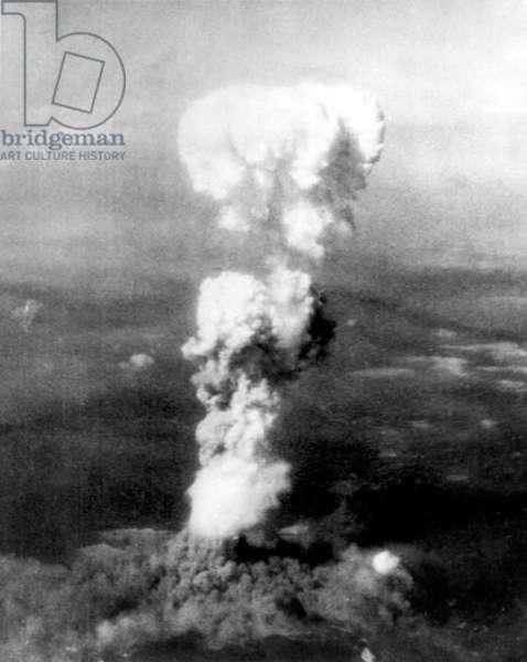"""Atomic bomb. A mushroom cloud rises more than 20,000 feet into the air over Hiroshima, Japan after an atomic bomb was dropped by the US bomber """"Enola Gay"""", Aug. 6, 1945"""