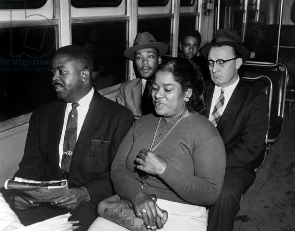 Martin Luther King dans un bus a Montgomery 1956 (b/w photo)