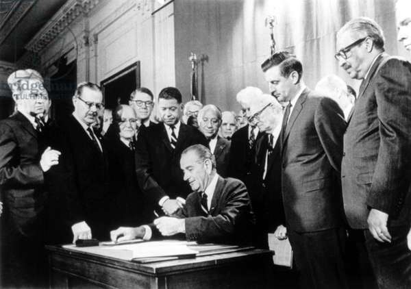 LYNDON JOHNSON, signing civil rights housing law, 04/11/68.