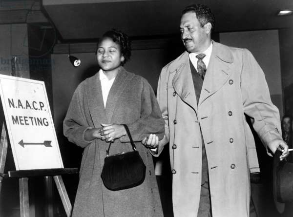 Thurgood Marshall et Rosa Parks: Thurgood Marshall, the Chief Counsel for the NAACP with Rosa Parks in 1956. Parks joined the Montgomery, Alabama chapter of the NAACP in 1943 and was the chapter's secretary in 1956.