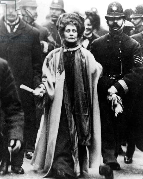Emmeline Pankhurst carrying the Third Women's Parliament to the Prime Minister on February 13, 1908.