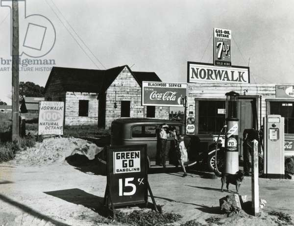 Store near a San Joaquin Valley shack town community of migrant workers, April 9th 1940 (b/w photo)