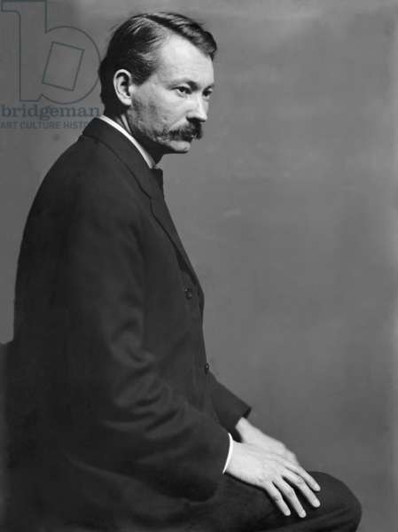 Robert Henri (1865-1929), the American painter, posed in the Gertrude Kasebier's New York City studio in 1900. Henri was a bold painter associated with the Ashcan School of urban realist painters