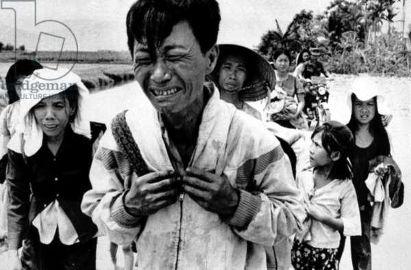 Guerre Du Vietnam: Vietnam War: A head of family weeps as his family is forced to migrate March 29, 1975. Courtesy: CSU Archives / Everett Collection