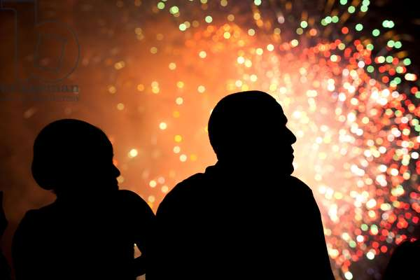 Michelle Obama et Barack Obama: President Barack Obama and First Lady Michelle Obama watch fireworks from the roof of the White House, July 4, 2011.