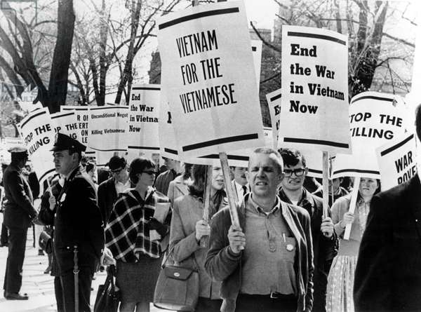 4/17/65 WASHINGTON. D.C.: 5,000 students picketed in front of the White House to protest the U.S. policy in Southeast Asia and demand an end to the Vietnam War.