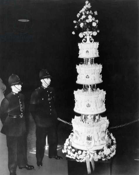 British Royalty. London constables guard the wedding cake of future Queen of England Princess Elizabeth and Duke of Edinburgh Prince Philip, London, England, November, 1947-La piece montee pour le mariage de la princesse Elizabeth d'Angleterre (future reine Elizabeth II et Philippe duc d'Edimbourg (futur prince consort) est gardee par des bobbies, Londres, novembre 1947