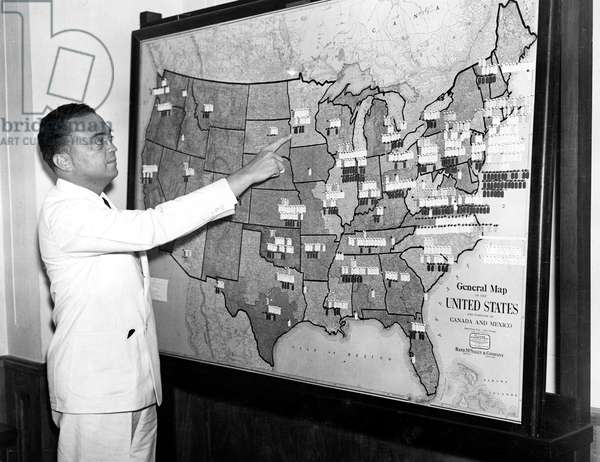 J. EDGAR HOOVER pointing to map showing location of F.B.I. agents throughout the U.S., 07/18/35.