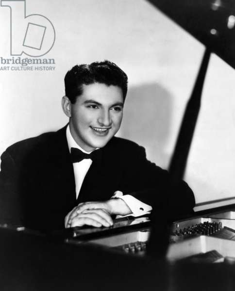 Liberace (1919-1987), American performer and classical pianist. c.1940s