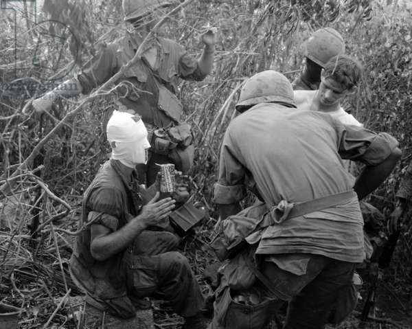 Guerre Du Vietnam: Vietnam War, members of Company 'D' ist Battalion, 501st Airborne Infantry relate battle and wounds received during action east of Tam Ky, to other members of the Company, circa 1960s