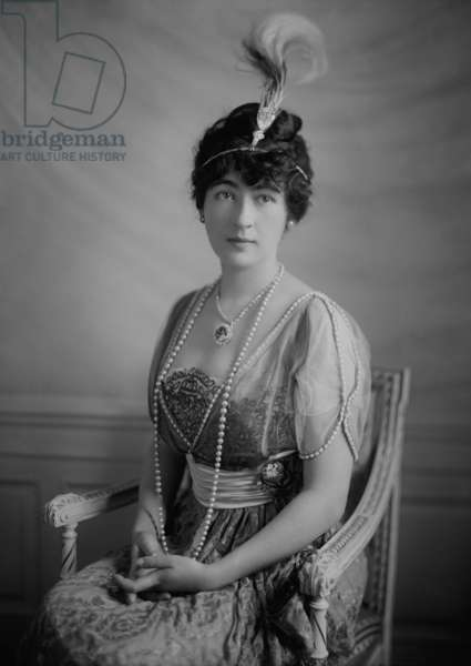 Evalyn Walsh Mclean wearing the Hope Diamond, c. 1912. The wealthy young couple, Edward and Evalyn Mclean, purchased the Hope Diamond in 1911. She did not connect the several tragedies of her life with the diamond, and kept and wore the stone until her death in 1947