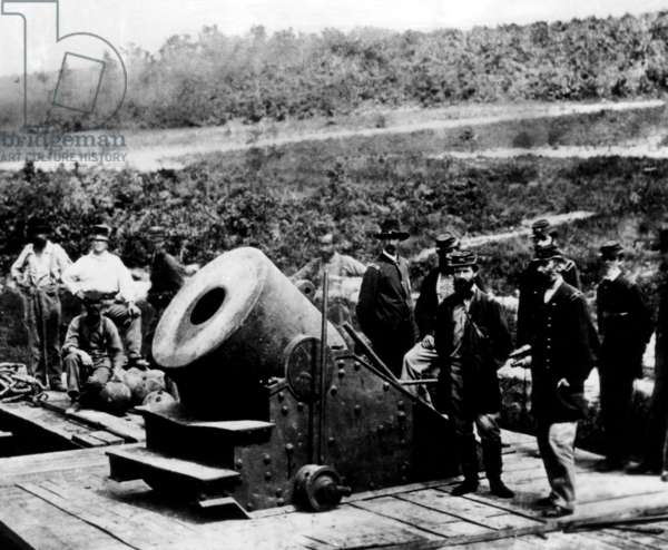 The American Civil War, Union soldiers surrounding the Dictator, a 13-inch siege mortar cannon, c.1861