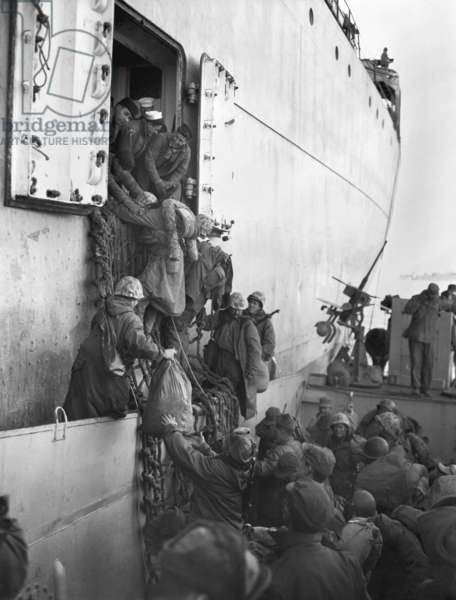 U.S. Marines board a ship for evacuation from Hungnam, North Korea, after their withdrawal from the Chosin Reservoir on Dec. 12, 1950. The UN invasion into North Korea was repulsed by the Communist Chinese Army in Nov.-Dec. 1950. Korean War, 1950-53