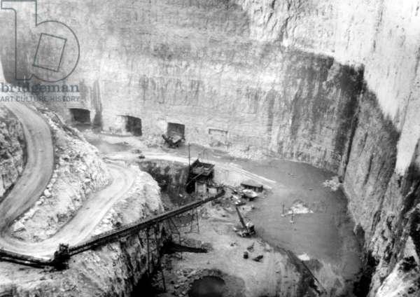 Construction of the world's largest atomic bomb shelter, Chicago, Illinois, c.1961