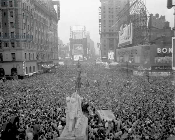 Massive crowd gathers in Times Square to celebrate the surrender of Japan, August 15, 1945. World War 2