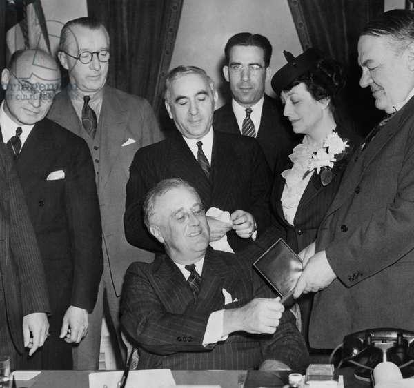 FDR Presidency. US President Franklin Delano Roosevelt being awarded Hebrew Medal, 1939