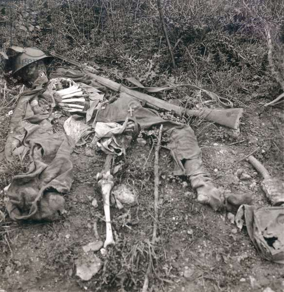 World War 1. Human wreckage in No Man's Land, Chemin des Dames, France. The remains of a British soldier on the battlefield during World War I. c. 1914-1915
