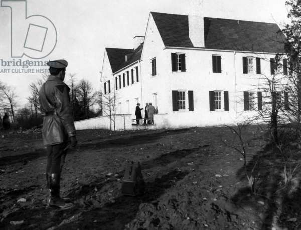 Detectives examining the back porch of the house from which the baby of American pilot Charles Lindbergh was kidnapped, Hopewell, New Jersey, March 2, 1932.