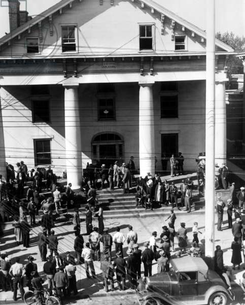 Crowds at Flemington, New Jersey courthouse as the Grand Jury sits for Bruno Hauptmann to determine if he should be tried for the kidnapping and death of Charles Lindbergh Jr. (1930-1932), son of American pilot Charles Lindbergh, October 8, 1934
