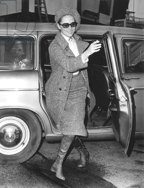 Faye Dunaway arriving at the London airport to catch a flight to Paris, February 2, 1968