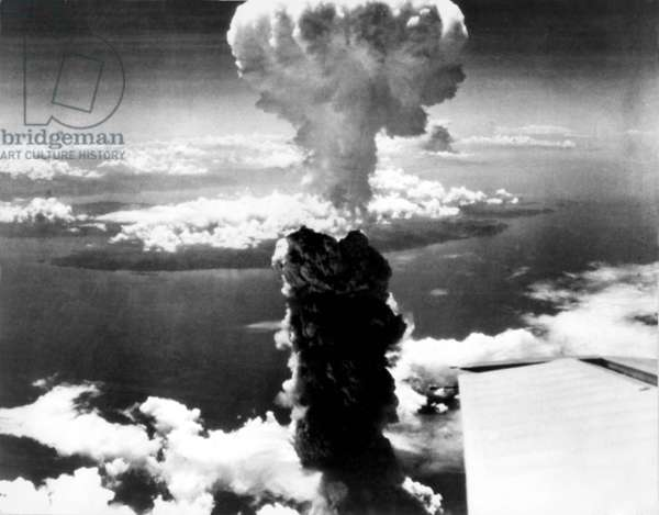 """Atomic bomb. A mushroom cloud rises more than 60,000 feet into the air over Nagasaki, Japan after an atomic bomb was dropped by the US bomber """"Enola Gay"""", Aug. 9, 1945"""