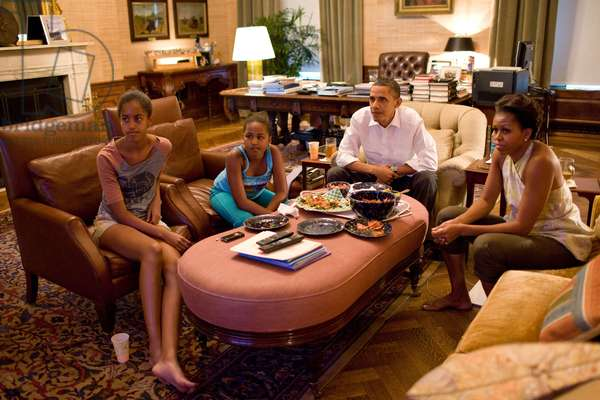 Barack Obama en famille: President Barack Obama, First Lady Michelle Obama, and their daughters Sasha and Malia watch the World Cup soccer game between the U.S. and Japan, from the Treaty Room office in the residence of the White House, Sunday, July 17, 2011.