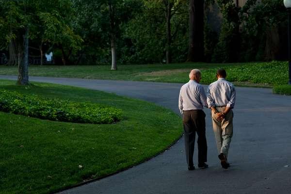 Barack Obama et Joe Biden: President Barack Obama and Vice President Joe Biden walk around the South Lawn of the White House, Sunday, July 24, 2011.