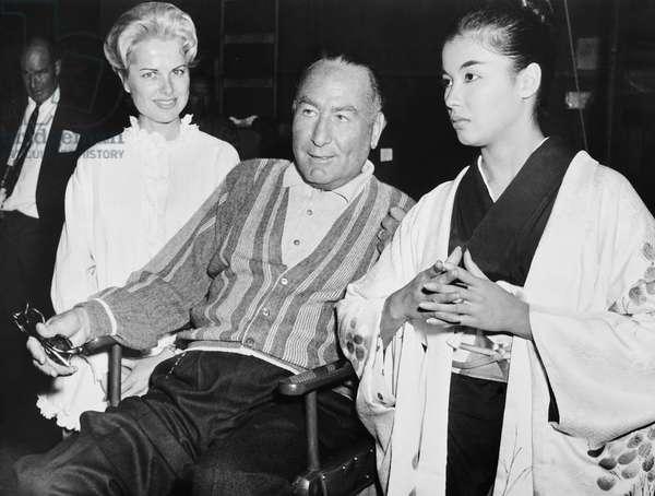 A GIRL NAMED TAMIKO, from left: Martha Hyer, producer Hal B. Wallis, France Nuyen, on set, 1062