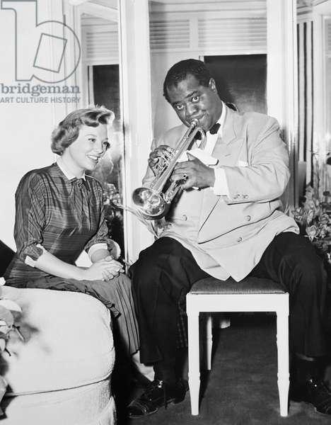 THE GLENN MILLER STORY, from left: June Allyson, Louis Armstrong on set, 1954