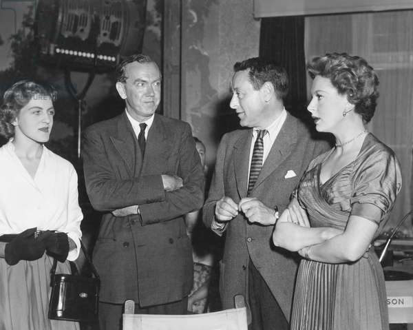 THE END OF THE AFFAIR, from left: Lucy Greene and her father novelist Graham Greene visting producer David Lewis and Deborah Kerr on set, 1955
