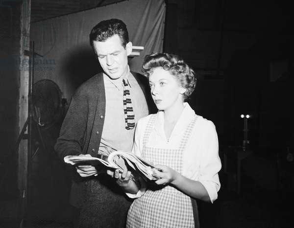 BEWARE, MY LOVELY, from left: Robert Ryan, Ida Lupino on set, 1952
