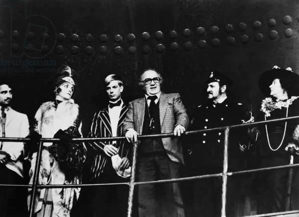 AND THE SHIP SAILS ON, (aka E LA NAVE VA), director Federico Fellini (eyeglasses) on set, 1983,