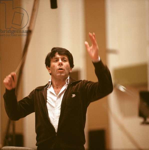 Raymond Leppard conducting in